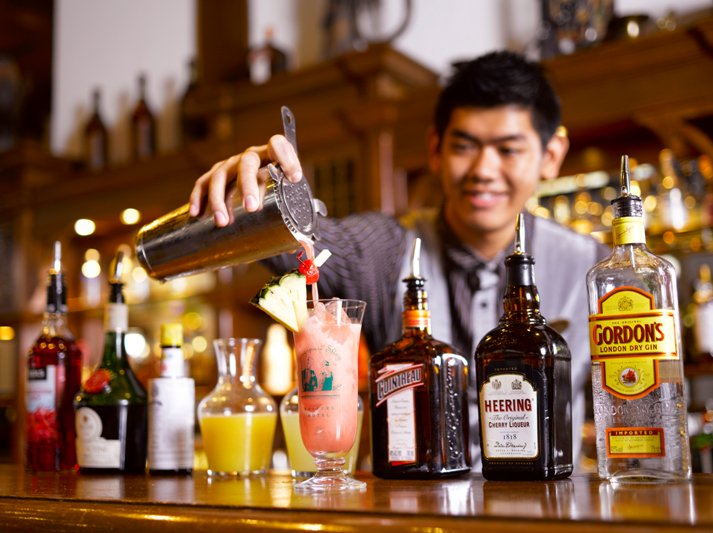 Singapore Sling Raffles Hotel Long bar Bartender
