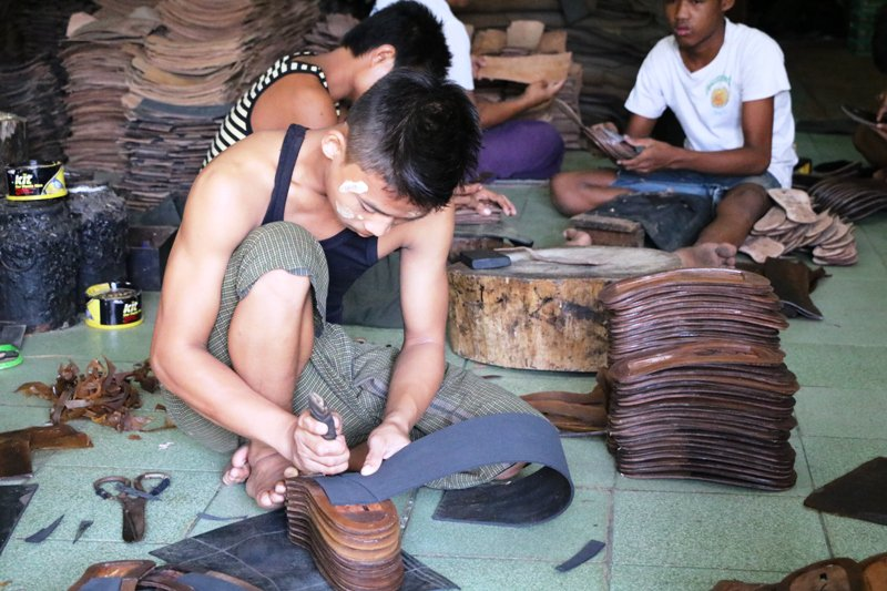 Pakkoku_making Rubber Sandal